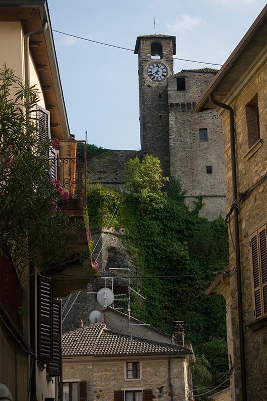 vista del castello dal borgo di Bardi